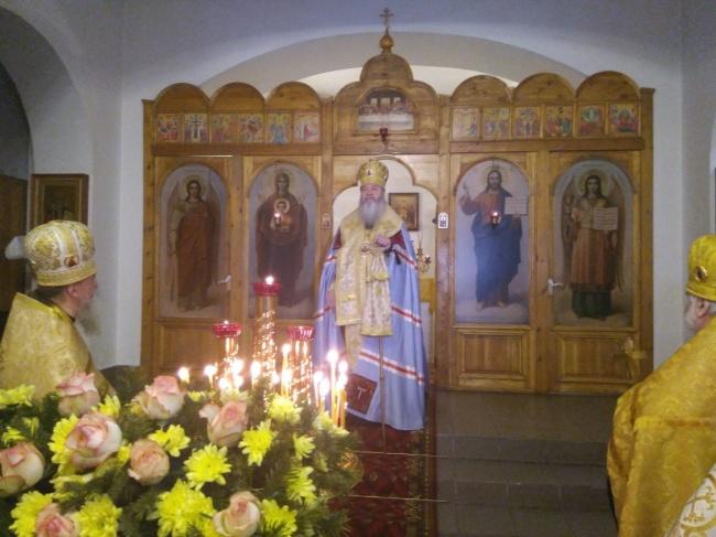 Митрополит Тихон возглавил молебен в храме в честь Трех святителей
